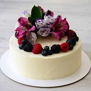 Кремовый торт весом 2 кг, украшенный живыми цветами и свежими ягодами!