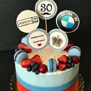 Кремовый торт для автолюбителей весом 2 кг, украшен свежими ягодами, макарон и табличками из сахарной бумаги!